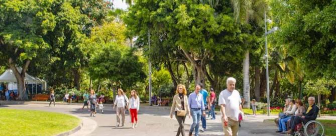 Gente paseando en el parque Garcia Sanabria de Santa Cruz de Tenerife