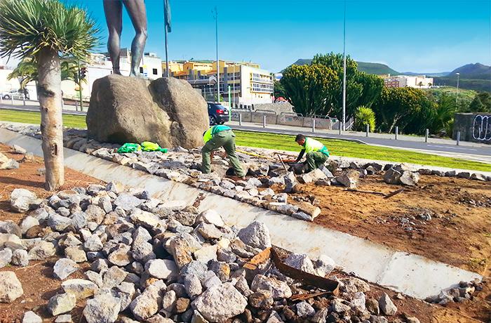 Trabajadores de interjardin colocando piedras en un jardin de la rotonda del Museo del Cosmos ubicada en la avenida de los Menceyes