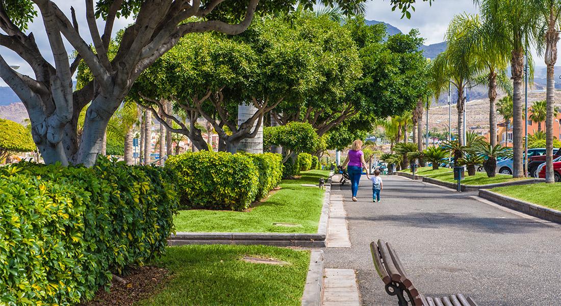 Madre paseando con su hijo y su perro por el Bulevar Chayofe de Los Cristianos (Arona)