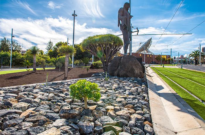 Paisaje urbano de la rotonda del Museo de la Ciencia y el Cosmos en la Avenida de los Menceyes de San Cristobal de La Laguna