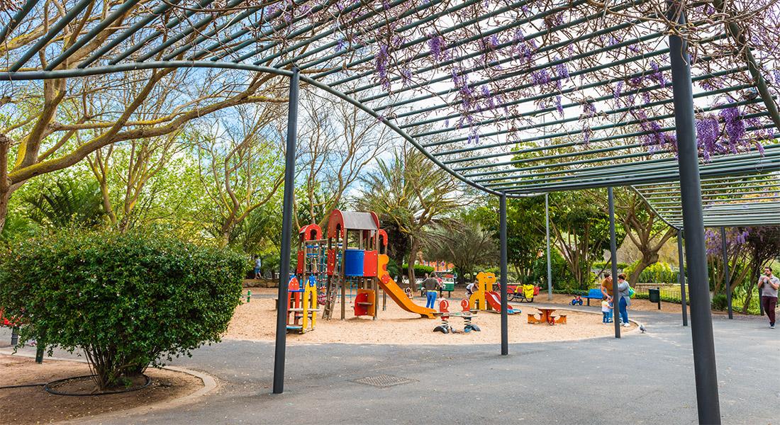 Vista de la vegetación y uno de los parques infantiles del parque de La Vega de San Cristobal de la Laguna