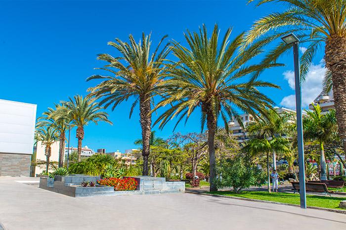 Vista de la plaza y el Parque Bulevar de Los Cristianos (Arona)