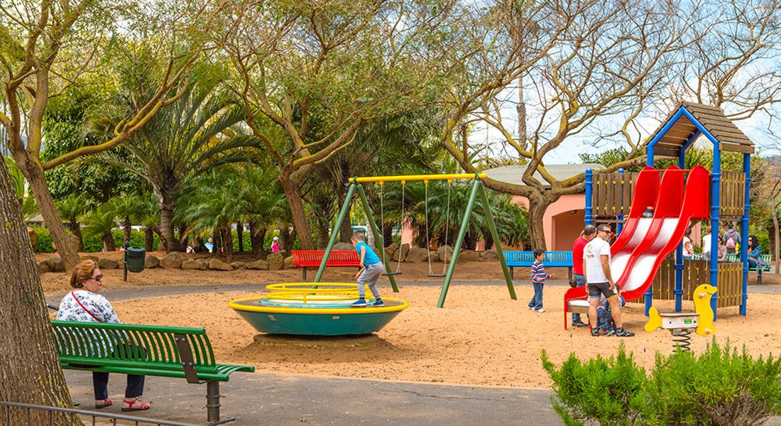Niños jugando en uno de los parques infantiles del parque de La Vega de San Cristobal de La Laguna