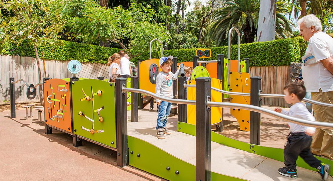 Niños jugando sobre el mobiliario de uno de los parques infantiles del parque Garcia Sanabria de Santa Cruz de Tenerife