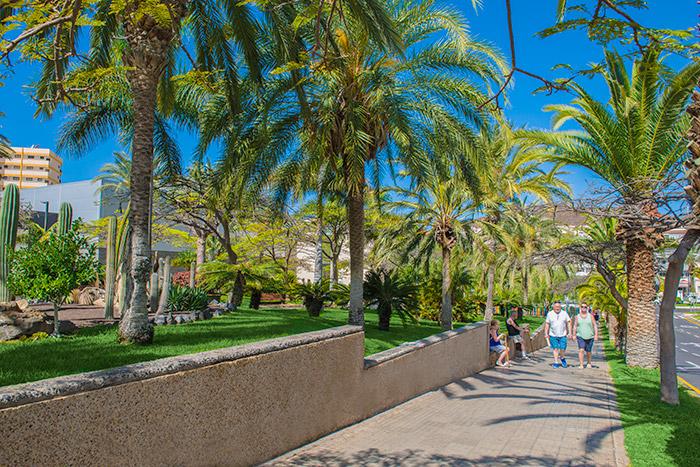 Gente paseando junto al Parque Bulevar de Los Cristianos (Arona)