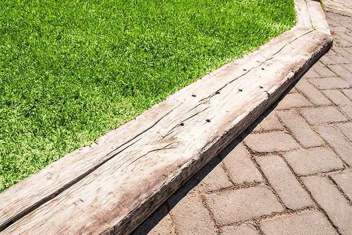 Detalle de un bordillo realizado con una antigua via de tren en el Parque Bulevar de Los Cristianos (Arona)