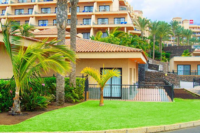 Vista de los jardines de las villas del hotel Playa Paraiso de Las Americas (Adeje)