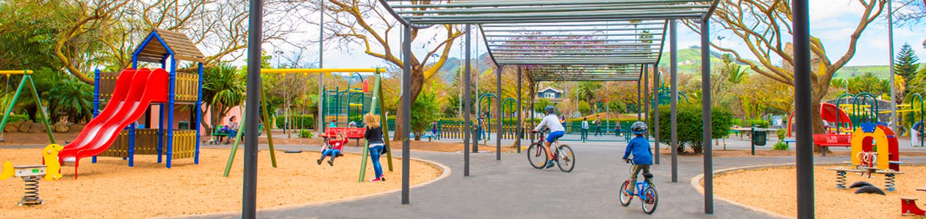 Niños en bicicleta y columpiandose en el parque de La Vega de San Cristobal de La Laguna