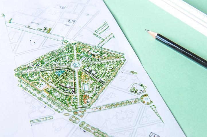 Detalle de una mesa de trabajo de interjardin con mapa del Parque Garcia Sanabria, un lapiz y un escalimetro