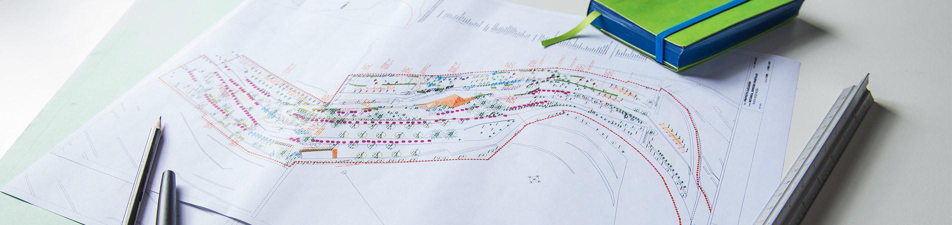 Fragmento de una de la mesa de trabajo de intejardin con mapa del parque de las mesas, escalimetro, lapiz, boli y agenda