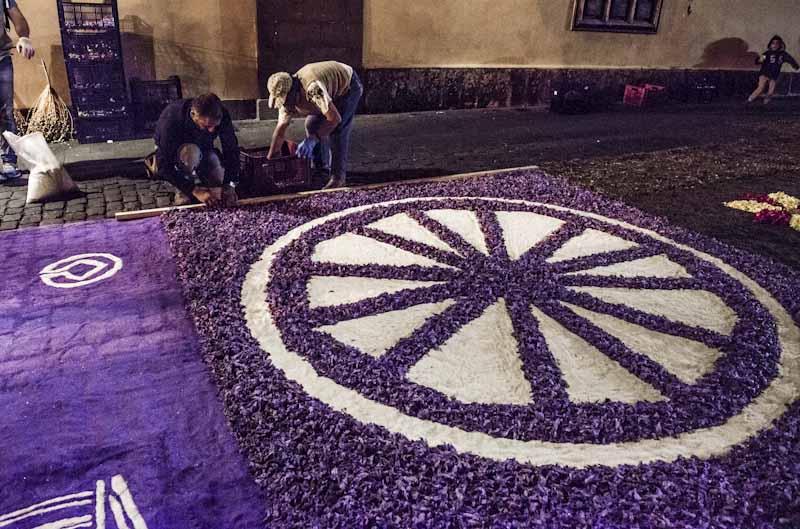 Trabajadores de Interjardín elaborando la alfombra de flores del Ayuntamiento de San Cristóbal de La Laguna. Semana Santa 2016