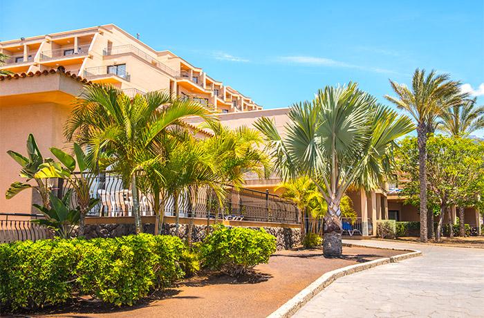 Jardines y palmeras de las villas del Hotel Dunas Paraiso en Los Cristianos, Arona