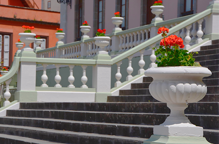 Jardineras con geranios rojos en la plaza del ayuntamiento de La Orotava