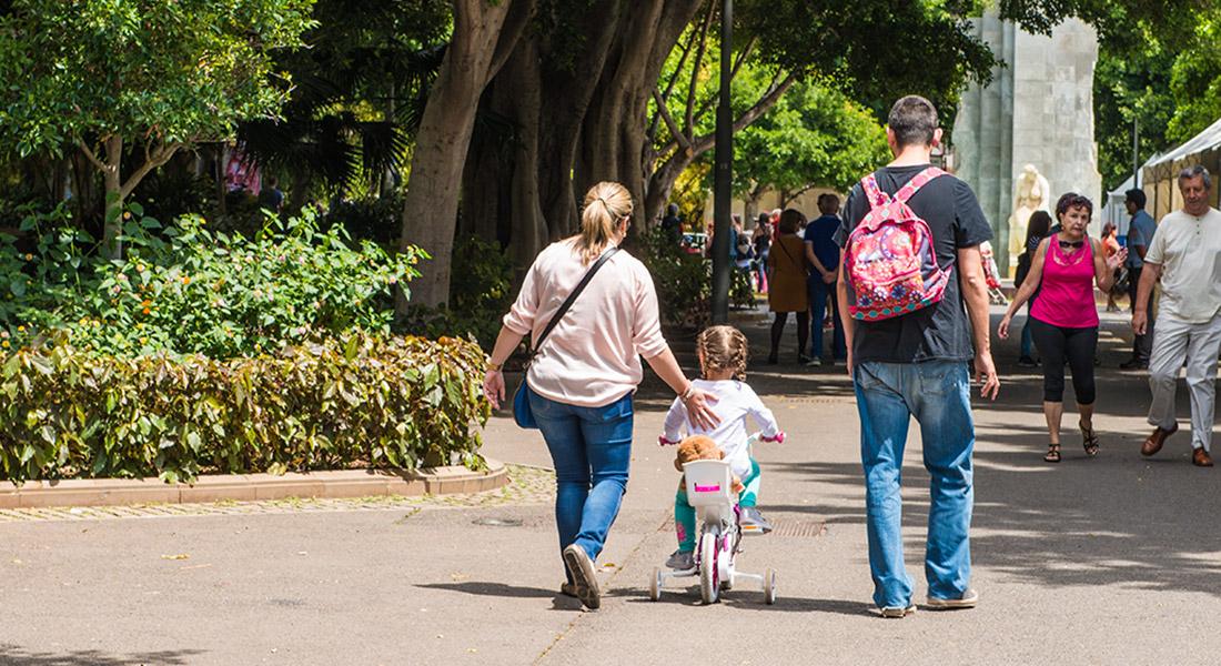 Familia paseando con su hija en bicicleta en el Parque Garcia Sanabria de Santa Cruz de Tenerife